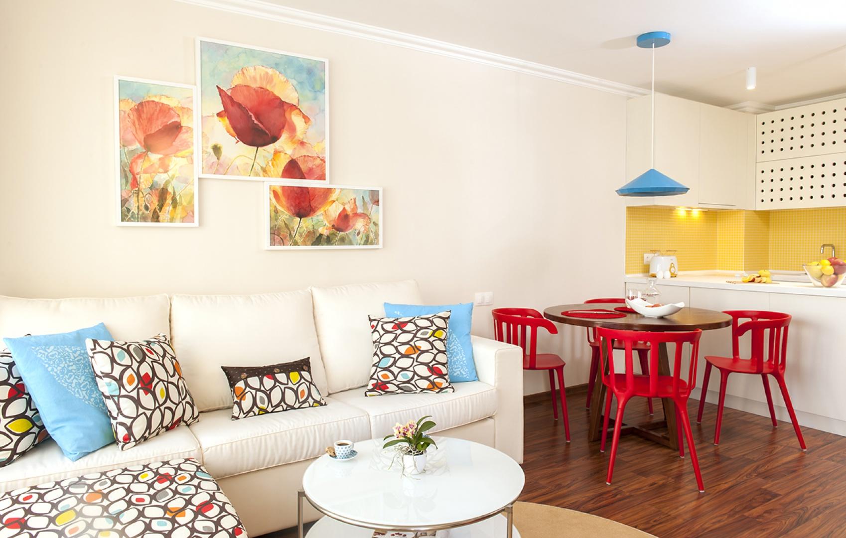 Jasne kolory optycznie powiększają wnętrze tego niewielkiego mieszkania. Barwne detale ożywiają aranżację i dodają zastrzyku energii. Projekt: Antonia Saranedelcheva. Fot. Yana Blazeva.