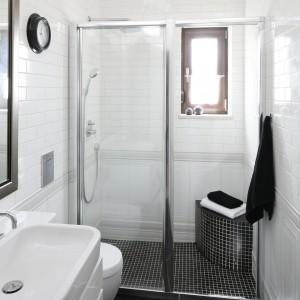 Atutem wykorzystania przesuwnych drzwi wnękowych, zamiast typowej, narożnej kabiny prysznicowej, jest optyczne powiększenie łazienki. Przezroczyste drzwi są praktycznie niewidoczne. Projekt: Beata Ignasiak. Fot. Bartosz Jarosz.