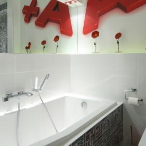 Czerwone akcenty świetnie komponują się ze stonowanymi płytkami na ścianach. Barwne dekoracje ożywiają wnętrze, nadając mu również bardziej młodzieżowy charakter. Projekt: Katarzyna Mikulska-Sękalska. Fot. Bartosz Jarosz.