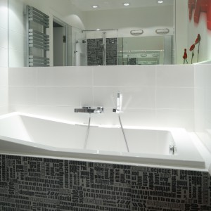 Ceramika łazienkowa o prostych liniach dobrze wpisuje się w prostotę aranżacji. Wanna z wygodnym, wyprofilowanym wnętrzem zaprasza do przyjemnych kąpieli. Projekt: Katarzyna Mikulska-Sękalska. Fot. Bartosz Jarosz.