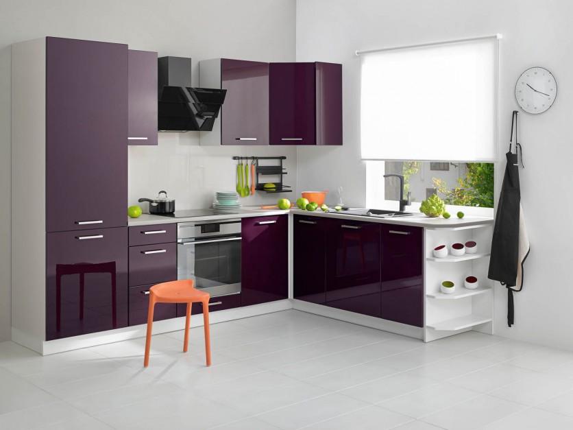 Lakier w kolorze głębokiego fioletu połyskuje z frontów tej niewielkiej kuchni z popularnej sieci sklepów. W małym pomieszczeniu fronty w wysokim połysku są niezastąpionym sposobem na powiększenie optyczne wnętrza. Fot. Castorama, kuchnia City.