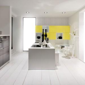 Połączenie frontów w różnorodnej kolorystyce spaja wykończenie ich na wysoki połysk. Takie zestawienie nadaje nowoczesnej kuchni energetyzującego wyrazu. Fot. Nolte Kuechen, model Lux.