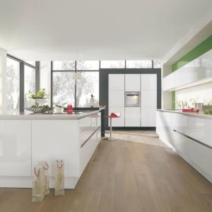 Uniwersalne połączenie bieli i lakieru w wysokim połysku prezentuje się niezwykle efektownie na meblach, utrzymanych w nowoczesnej stylistyce. Fot. Wellmann, meble z programu G888 Vitus.