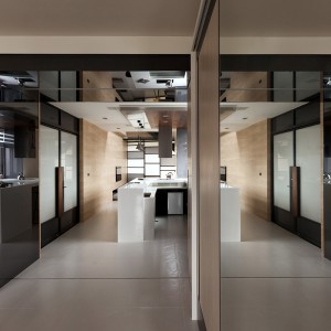 Wnętrze optycznie powiększa również obecność licznych luster i połyskujących powierzchni. Projekt: Circle Huang&Gina Chiu. Fot. Hey! Cheese.
