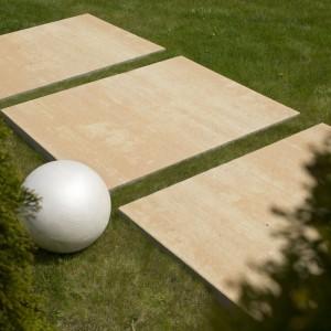 Wielkoformatowe płyty tarasowe Planta mają wyjątkowo duży rozmiar 120x100 cm oraz minimalistyczną stylistykę, dzięki ich surowego cięciu. Idealne do geometrycznych ogrodów. Fot. Bruk-Bet.