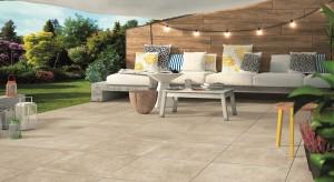 Szarości, kolory ziemi, duże, betonowe płyty lub płytki do złudzenia imitujące drewno. Zobaczcie, jak modnie wykończyć przestrzeń wokół domu.