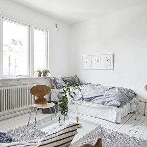 W oknach nie ma firanek. Dzięki temu zabiegowi wnętrze wypełnia niczym nieograniczane naturalne światło. Fot. Stadshem.se/Janne Olander.