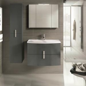 Kinkiet  LED zamontowany nad szafką wiszacą z lustrami doskonale oświetla przestrzeń przy umywalce. Fot. Elita.