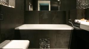 Łazienka wykończona grafitowym bazaltem jest modna i ponadczasowa. Dobrze czują się tutaj zarówno domownicy, jak i korzystający z niej od czasu do czasu goście.