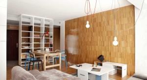 Połączenie prostych form z drewnem i odrobiną koloru może dać ciekawy efekt. Zobaczcie pomysł na mieszkanie w kamienicy, podpatrzony w Bułgarii.