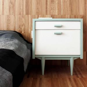 Smaku prostej aranżacji dodaje designerska szafka nocna, wykonana z białego i miętowego MDF-u. Projekt: Studio DontDIY. Zdjęcia: Asen Emilov, Ventsilsava Vasileva.