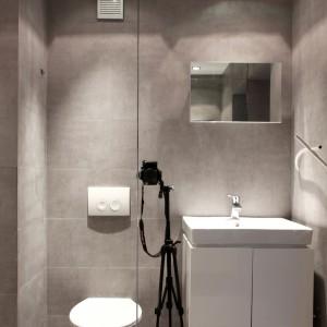 Łazienkę z prysznicem we wnęce wykończono betonowymi płytkami, co podkreśla industrialny charakter wnętrza. Projekt: Studio DontDIY. Zdjęcia: Asen Emilov, Ventsilsava Vasileva.