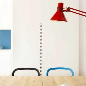We wnętrzu nie brakuje kolorowych akcentów. Turkusowe krzesło, czerwona lampa czy granatowa ściana nad blatem rozweselają przestrzeń oraz sprawiają, że zyskuje ona oryginalny wygląd. Projekt: Studio DontDIY. Zdjęcia: Asen Emilov, Ventsilsava Vasileva.