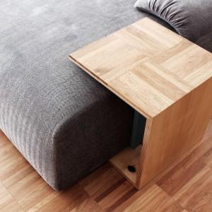Praktycznym rozwiązaniem są niewielkie stoliki dopasowane do mebli wypoczynkowych, stworzone z tego samego tworzywa co podłoga. Projekt: Studio DontDIY. Zdjęcia: Asen Emilov, Ventsilsava Vasileva.