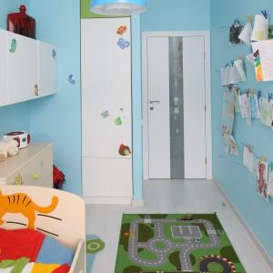 Tuż przy wejściu zorganizowano niewielką garderobę, przeznaczoną na ubrania malej gospodyni. Wnętrze oświetla błękitna lampa w chmurki marki IKEA. Projekt: Anna Maria Sokołowska. Fot. Bartosz Jarosz.