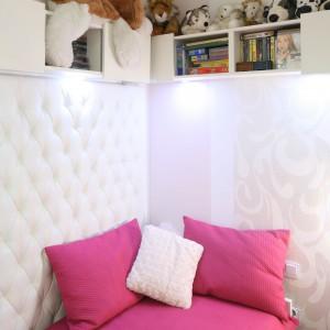 Niewielki, biały pokoik przekształcono w prawdziwą komnatę małej księżniczki. Istotnym elementem metamorfozy jest tapicerowana ściana, przy której ustawiono różowe łóżko. Wprowadza ona do pokoju przytulność oraz swoiste wyrafinowanie. Projekt: Małgorzata Mazur. Fot. Bartosz Jarosz.