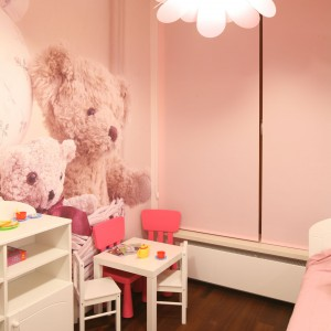 Aby nie ograniczać przestrzeni do zabawy pokój wyposażono jedynie w łóżko, niewielką komodę oraz stolik z krzesełkami, gdzie dziecko może rysować. Garderoba przechowywana jest w różowej szafie. Projekt: Katarzyna Mikulska-Sękalska. Fot. Bartosz Jarosz.