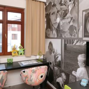 Przy oknie zamontowano blat, który pełni rolę dwuosobowego biurka. Ścianę udekorowano fototapetą stworzoną z czarno-białych zdjęć córek. Projekt: Anna Maria Sokołowska. Fot. Bartosz Jarosz.