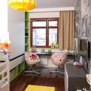 Idealnym rozwiązaniem okazało się wstawienie łóżka piętrowego. Naprzeciw mebla zawieszono telewizor, dzięki czemu dziewczynki mogą oglądać bajki na dobranoc leżąc wygodnie w łóżku. Projekt: Anna Maria Sokołowska. Fot. Bartosz Jarosz.