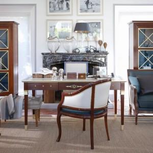 Niezwykle wytworne i eleganckie meble mahoniowe z kolekcji Bureau Haussmann idealne do dużych przestrzeni zaaranżowanych w klasycznej konwencji. Fot. Grange.