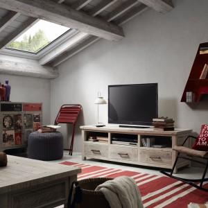 Wykonana w całości z drewna akacjowego barwionego na jasno szary kolor komoda doskonale podkreśli klimat vintage w salonie. Fot. Le Pukka.