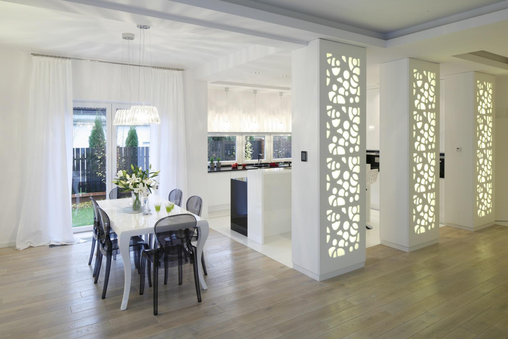Elegancka i funkcjonalna kuchnia pozwala pani domu na komfortowe przygotowywanie posiłków dla rodziny, ale jest także miejscem relaksu. Julia ceni także minimalistyczny styl wnętrza z subtelnym dodatkiem glamour, który jest jej najbliższy. Fot. Bartosz Jarosz.