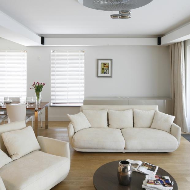 Sofa w salonie. Wybierz jasne beże