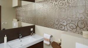 Nawet małą łazienkę można nieco powiększyć i to bez wyburzania ścian. Optycznej przestrzeni dodadzą lustra. Wystarczy odpowiednioje rozmieścić.