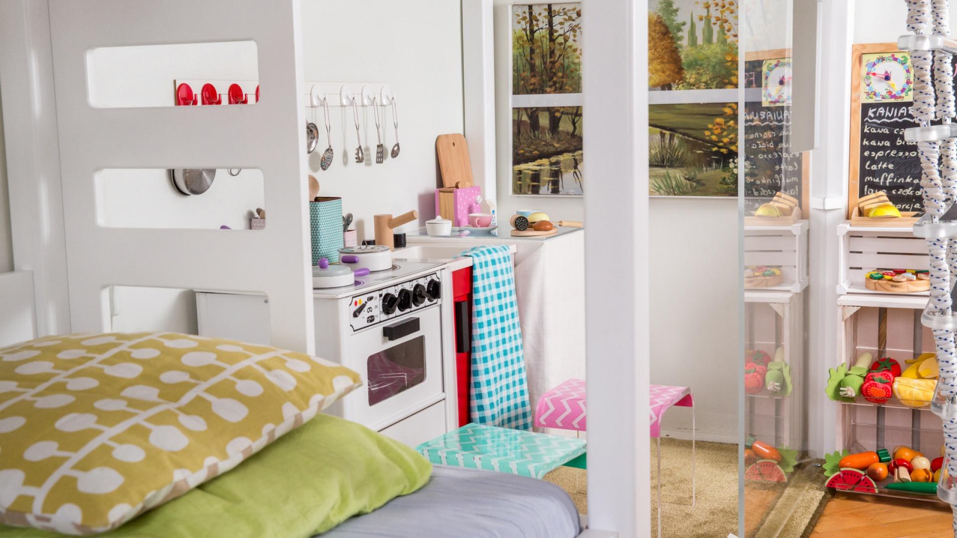 Kuchenkę małej gospodyni wydzielono za pomocą przezroczystych ścian z plexi. W ten sposób wyodrębniono miejsce do zabawy, bez tworzenia sztucznych podziałów pomieszczenia. Fot. Uccoi.