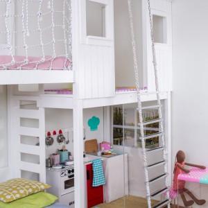 Gdy mała gospodyni bawi się w swojej kuchni, jej współlokator ma do dyspozycji drewniany domek na antresoli. Fot. Uccoi.