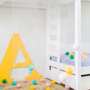 Pomysłowość małych gospodarzy nie zna granic. Transparentną powierzchnię przy łóżku piętrowym wykorzystują jako ściankę wspinaczkową lub cel do trafiania piłkami. Fot. Uccoi.
