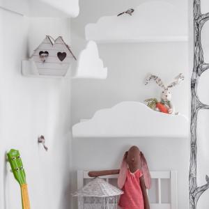 Bajkowy charakter nadają pomieszczeniu półki w kształcie chmurek. To znakomite rozwiązanie pozwala utrzymać w porządku książki, jak również podkreśla lekkość aranżacji. Fot. Uccoi.