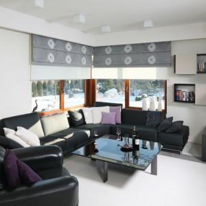 Chłodny, minimalistyczny salon urządzony został w bieli i czerni. Duży narożnik stanowi główne, choć nie jedyne wyposażenie. Projekt: Małgorzata Borzyszkowska. Fot. Bartosz Jarosz.