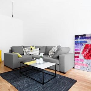Podstawą aranżacji jest jasna przestrzeń będąca tłem dla mocnych dodatków i akcentów kolorystycznych. Dlatego też w mieszkaniu ułożono podłogę w naturalnym kolorze dębu, natomiast ściany pomalowano na biało. Projekt: Olga Nowosad. Fot. Black Oak Studio.