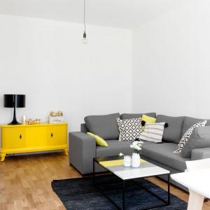 Aby nie wydzielać podłogą poszczególnych stref w mieszkaniu i nie dzielić powierzchni, we wszystkich pomieszczeniach - oprócz łazienki - została ułożona naturalna podłoga drewniana odpowiednio zabezpieczona przed zabrudzeniami. Projekt: Olga Nowosad. Fot. Black Oak Studio.
