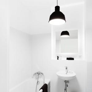 Łazienkę urządzono w klasycznej kolorystyce. Wprowadzenie płytki w grafitowym wzorze imitującym pepitkę z kolekcji Black&White marki Opoczno nadało wnętrzu wyjątkowego charakteru. Projekt: Olga Nowosad. Fot. Black Oak Studio.