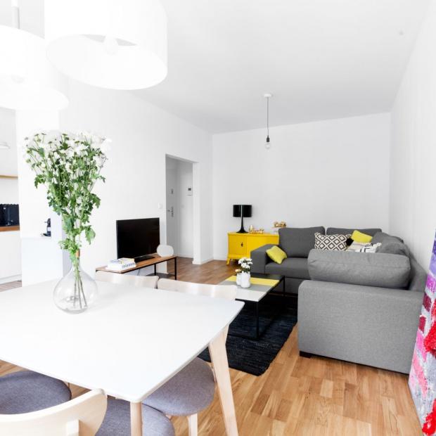 Małe mieszkanie w Warszawie. Jasne wnętrze ożywione kolorem