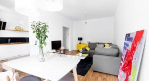 Jasne kolory, proste formy i barwne akcenty to recepta na ładne, nowoczesne mieszkanie. Zobaczcie, jak wygląda to w praktyce.