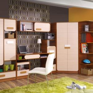 Praktyczne i efektowne biurko to element zestawu Gusto firmy Abra Meble. Przestrzeń między dwiema płytami blatu służy jako jako miejsce do przechowywania najpotrzebniejszych rzeczy. Fot. Abra Meble.