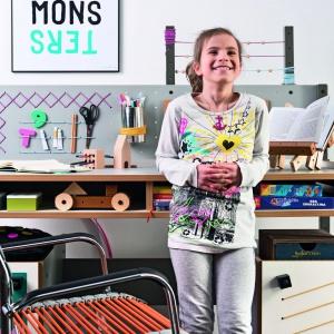 Możliwość tworzenia dowolnej aranżacji daje biurko Smart marki Vox. Mebel zawiera szafki i szuflady, a także praktyczną ściankę z haczykami, na których można wieszać przybory czy karteczki przypominające o klasówkach. Fot. Meble Vox.