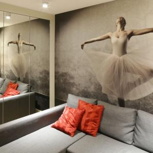 W niewielkim saloniku ścianę za kanapą udekorowano piękną fototapetą z  motywem baletnicy. Dodatkowo odbija się ona w lustrzanych frontach ukrytej we wnęce szafy. Projekt: Monika i Adam Bronikowscy. Fot. Bartosz Jarosz.