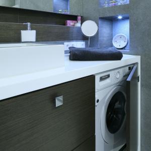 Obszerna zabudową pod blatem umywalkowym została podzielona na różnej wielkości szuflady i szafki  - w jednej z nich umieszczona została pralka. Proj. Agnieszka Hajdas-Obajtek. Fot. Bartosz Jarosz.