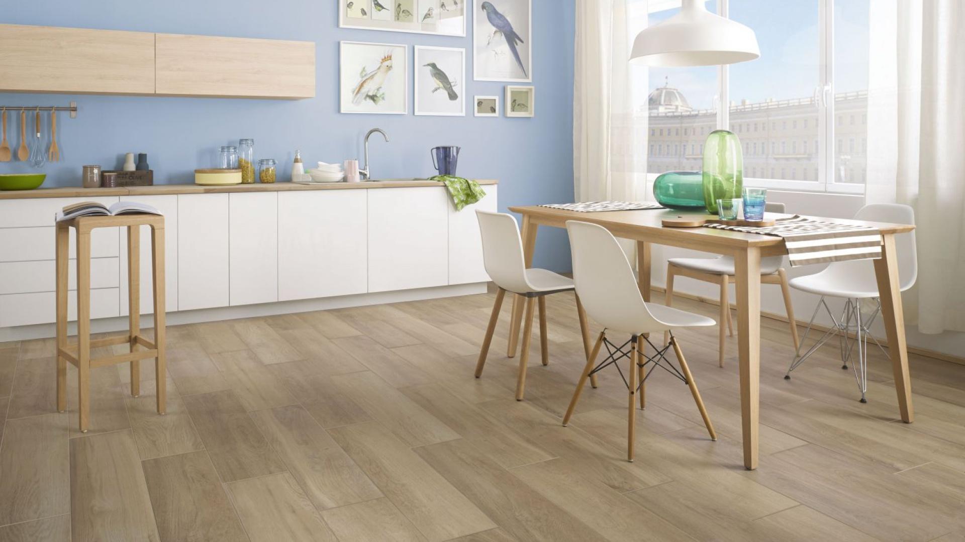 Płytki z kolekcji Maloe do złudzenia imitują swoim wyglądem naturalne drewno. Ich jasna, ciepła, przyjemna barwa jest przyjemna dla oka i wizualnie ociepla przestrzeń kuchni. Fot. Ceramika Paradyż.