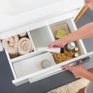Wewnątrz szafki podumywalkowej z serii Chrome Ravak jest szuflada z wewnętrzną organizacją. Fot. Ravak.
