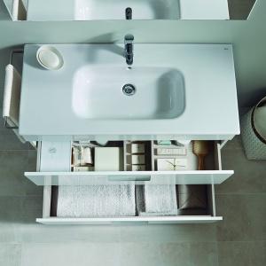 Szafka podumywalkowa z kolekcji Debba Roca ma dwie praktyczne szuflady. Fot. Roca.