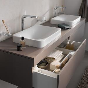 Szafka pod umywalkę z kolekcji mebli Edition 400 Keuco wyposażona jest w szuflady  z wewnętrzną organizacją. Fot. Keuco.