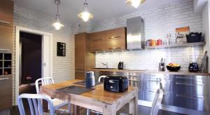 W tym mieszkaniu na Mokotowie panuje atmosfera pofabrycznego loftu, połączona z duchem stylu retro.