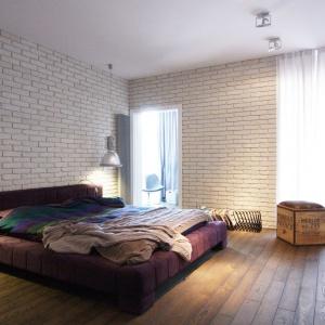 Charakterystyczne, fioletowe łóżko stanowi element, najbardziej przyciągający wzrok we wnętrzu sypialni małżeńskiej. Właściciele zabrali je ze sobą ze starego mieszkania. Projekt i zdjęcia: Soma Architekci.