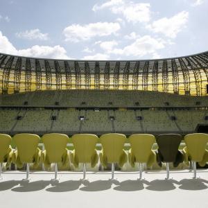 Płyta boiska ma wymiary ok. 115x78 m (boisko piłkarskie + ok. 5 m pasa wokół niego, stanowiącego strefę bezpieczeństwa). Dookoła murawy znajduje się utwardzony pas o szerokości 3-7 m, co umożliwia objechanie jej z każdej strony. Na zdjęciu: loża VIP. Fot. Wojciech Figurski.