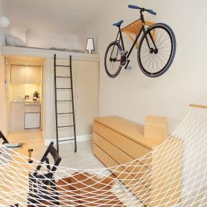 W małym mieszkaniu udało się urządzić aneks kuchenny, łazienkę, strefę spania, a także kącik do pracy, który można szybko przemienić w jadalnię i miejsce dla relaksu. W ten sposób stworzono funkcjonalne wnętrze. Projekt: Szymon Hanczar. Fot. Jędrzej Stelmaszek.